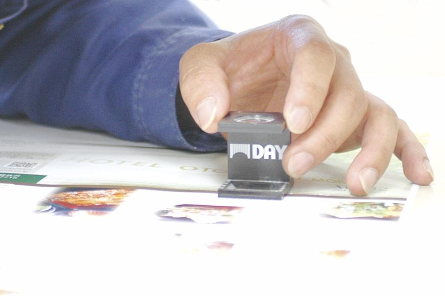 網点と刷り色を確認する印刷オペレーター