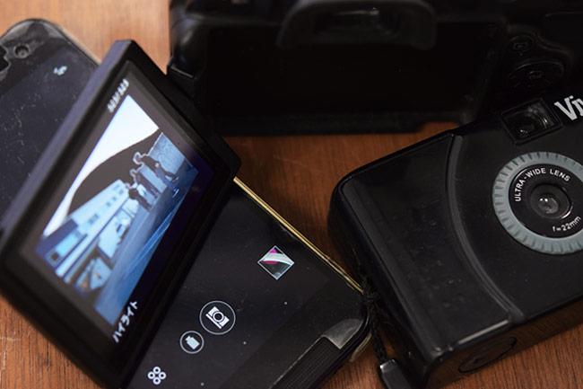 撮影機材にはスマホ、コンパクトカメラ、一眼レフ、いろいろあります。