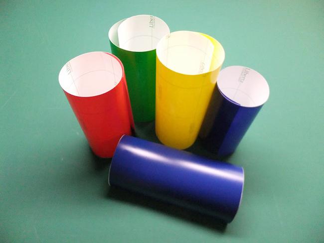 塩化ビニール製の裏面糊付きのフィルム