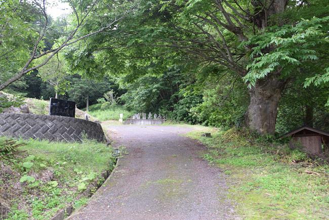 霊園入口と、虚空蔵山自然のみち入口