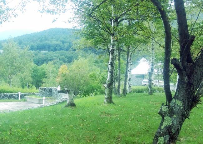 温泉周辺の小海町の風景とホテル建物
