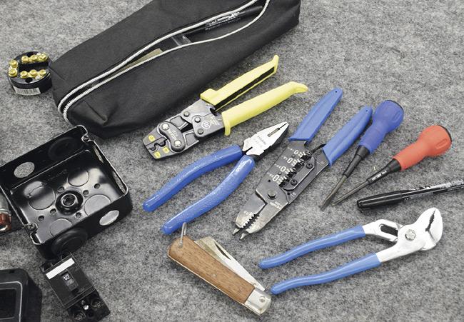 技能試験のための部品と工具
