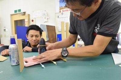 動作テストを繰り返すことで精度を上げる製造技術室 黒澤&松本